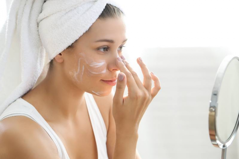 mujer-aplicar-crema-facial-ojeras-y-bolsas